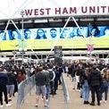 """<p class=""""Normal""""> Người dân xếp hàng chờ đến lượt bên ngoài trung tâm tiêm chủng dành cho người từ 18 tuổi trở lên ở sân vận động London, đông London, Anh, ngày 19/6.</p>"""