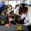 """<p class=""""Normal""""> Bác sĩ tiêm vaccine Covid-19 của Pfizer/BioNTech trên xe buýt cho nhân viên một nhà máy lắp ráp ở Ciudad Juarez, Mexico, ngày 24/5.</p>"""