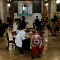 """<p class=""""Normal""""> Tiêm chủng vaccine Covid-19 của AstraZeneca tại Nhà hát Thành phố ở Rio de Janeiro, Brazil, ngày 27/5.</p>"""