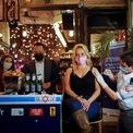 """<p class=""""Normal""""> Chính quyền Tel Aviv, Israel, ra chính sách miễn phí một đồ uống tại quán rượu cho mỗi người tiêm vaccine Covid-19.</p>"""