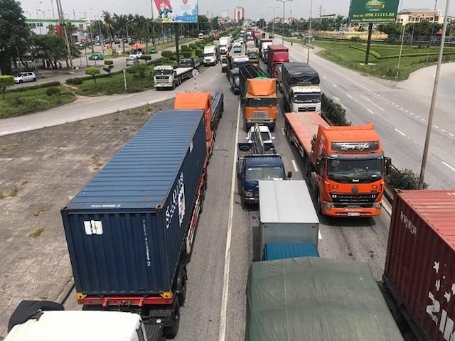 Các phương tiện vận tải lưu thông trên quốc lộ 5. Ảnh: Vnexpress.net.