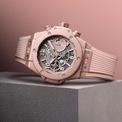 <p> Mẫu đồng hồ Big Bang Millenial Pink mang đến diện mạo trẻ trung, tươi mới trên cổ tay phái mạnh. Vỏ 42 mm làm từ chất liệu nhôm nhẹ, phủ lớp sơn bóng và hoàn thiện bằng những đường xước mờ (satin-finish). Lõi máy sử dụng cơ chế chuyển động tự động Unico, có khả năng bấm giờ, dự trữ năng lượng trong 72 giờ đồng hồ. Đồng hồ tích hợp khả năng chống nước 100 m. Sản phẩm được thiết kế hai loại dây đeo có thể thay thế, bao gồm dây cao su và dây vải dệt kim. Ảnh: <em>Hublot.</em></p>