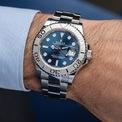 <p> Vỏ đồng hồ Yacht-Master có đường kính 40 mm, làm từ thép không gỉ. Mặt số màu xanh lam, cung cấp khả năng đọc rõ, đặc biệt là trong bóng tối. Vòng bezel bằng bạch kim xoay được hai chiều với vạch chia số 60 phút. Đồng hồ sử dụng lõi máy cơ học, tự động lên dây cót. Sản phẩm chống nước ở độ sâu 100 m. Ảnh: <em>Everestbands.</em></p>