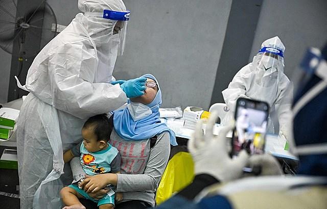 Một điểm xét nghiệm COVID-19 tại Shah Alam, ngoại ô Kuala Lumpur, Malaysia. (Ảnh: AFP/TTXVN)
