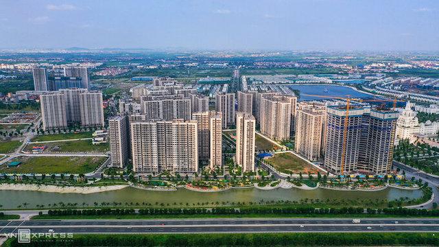 Một góc huyện Gia Lâm nhìn từ cao tốc Hà Nội - Hải Phòng với sự xuất hiện của nhiều dự án chung cư..