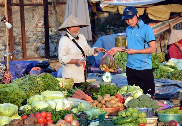 Giá các mặt hàng thực phẩm giảm là một trong những nguyên nhân