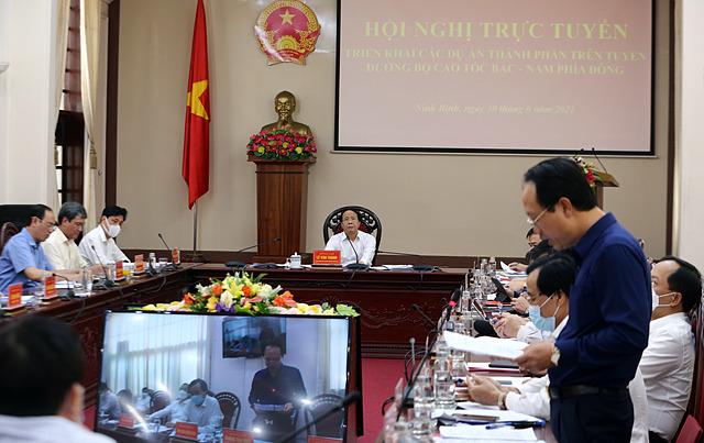 Phó Thủ tướng nghe nhà thầu trình bày về các khó khăn, vướng mắc trong thi công dự án. Ảnh VGP/Đức Tuân.