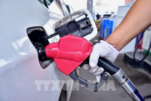 Nhân viên bơm xăng cho phương tiện tại một trạm xăng ở Hà Bắc, Trung Quốc ngày 28/6/2020. Ảnh: THX/TTXVN