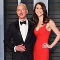 <p> Tháng 7/2019, Jeff Bezos và vợ cũ MacKenzie hoàn tất việc ly hôn. Bà MacKenzie nhận 25% tổng tài sản, tương ứng với 4% cổ phiếu của Amazon và trở thành một trong những người phụ nữ giàu có nhất thế giới. (Ảnh: <em>Staff)</em></p>