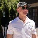 <p> Trong bối cảnh đại dịch Covid-19 bùng phát, nhu cầu mua sắm trực tuyến trên nền tảng của Amazon tăng mạnh do nhiều người phải ở nhà. Hiện vốn hóa thị trường của công ty này là hơn 1.770 tỷ USD và đang trên con đường chinh phục mốc 2.000 tỷ USD. Về cá nhân mình, Jeff Bezos cũng ngày càng giàu có. Theo thống kê của <em>Bloomberg Billionaires Index</em>, Bezos hiện sở hữu khối tài sản trị giá 203 tỷ USD và là người giàu nhất thế giới.(Ảnh: Getty Images)</p>