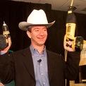 <p> Từ nhỏ, Jeff Bezos đã thể hiện là một cậu bé thông minh. Khi mới chập chững biết đi, ông đã tháo chiếc cũi của mình bằng tuốc nơ vít vì muốn ngủ trên một chiếc giường thực sự. Từ 4 đến 16 tuổi, Jeff thường dành thời gian nghỉ hè tại trang trại của ông bà ở Texas, làm những công việc như sửa chữa cối xay gió và cả thiến bò. (Ảnh: <em>AP</em>)</p>