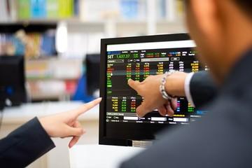 VRE giảm sàn trong ngày hệ thống mới vận hành, cổ phiếu ngân hàng đỡ VN-Index