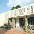<p> Phần mặt tiền được xây mới. Các mảng tường đứng được tạo nên bằng gạch đỏ thô mộc, không trát, với dụng ý tách khối hiên làm điểm nhấn cho toàn bộ mặt tiền phẳng. Cùng với giải pháp sử dụng kết hợp vật liệu gạch bông gió tránh nắng hướng Tây, diện mạo ngôi nhà đã thay đổi hoàn toàn.</p>