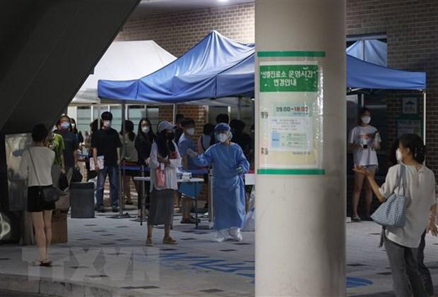 Người dân chờ xét nghiệm COVID-19 tại Seoul, Hàn Quốc. (Ảnh: Yonhap/TTXVN)