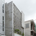 <p> Căn nhà nằm không quá sâu trong một con ngõ khá yên tĩnh ở ngoại ô TP HCM. Cũng giống như nhiều ngôi nhà khác ở Việt Nam, nó thường xuyên phải tiếp xúc với môi trường xung quanh náo nhiệt như khói bụi, nắng nóng, tiếng ồn...</p> <p> Chính vì những yếu tố này, chủ nhà (cũng hoạt động trong ngành thiết kế) đã chia sẻ khá nhiều với i.House Architecture and Construction để đưa ra quyết định xây không gian hướng nội với lõi bằng các khoảng đệm là cây xanh.</p>