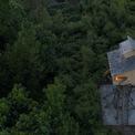 <p> Toà tháp cao nổi bật giữa rừng thông.</p>