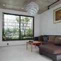 <p> Giải pháp lấy sáng và gió từ các không gian chức năng như vườn đệm, mái kính di động, tường bê tông thông gió giúp ngôi nhà đón được ánh nắng, không khí mát mẻ tự nhiên. Hơn hết, tất cả các phòng đều có hai mặt tiếp xúc với ánh sáng tự nhiên.</p>