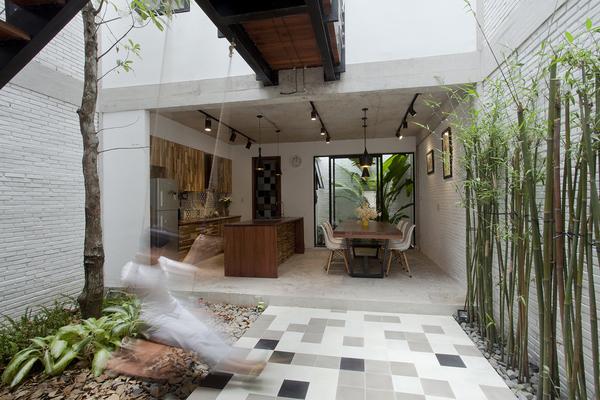 Ngôi nhà bên ngoài đơn sơ, bên trong cả vườn cây lá