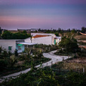 <p> Miếng đất hình chữ nhật rộng 420 m2 được chia làm 2 phần, trong đó phần xây dựng chiếm 115 m2, phần còn lại là sân vườn, hồ bơi, chỗ trồng rau.</p>