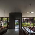 <p> Toàn bộ công trình bao gồm 3 khu nhà: nhà chính uống cà phê, một khu nhỏ đa năng và một khu phụ. Chúng bao quanh hồ trung tâm và kết nối với nhau bằng con đường chính giữa.</p>