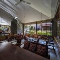 <p> Không gian bên trong quán cà phê được chia thành 3 phần: khu vực sàn hình vuông, hình tròn và hình tam giác với độ cao thấp hơn đem tầm nhìn của người dùng tương đương mặt nước bên ngoài.</p>