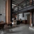<p> Căn penthouse với diện tích 180 m2 mang đậm dấu ấn của gia chủ: một người đàn ông độc thân, làm trong ngành xây dựng và có tính cách nghệ sĩ.</p> <p> Người đàn ông thống nhất với kiến trúc sư của Le House chọn phong cách công nghiệp (industrial) cho căn hộ của mình. Sự ngông cuồng và phá cách được thể hiện trên bức tường bê tông, gạch và sắt thép hoen gỉ. Toàn bộ trần và tường gạch không trát của căn hộ lúc bàn giao đều được giữ lại.</p>