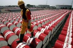 Lo ngại nguồn cung tăng, giá dầu tiếp tục 'chìm' sâu