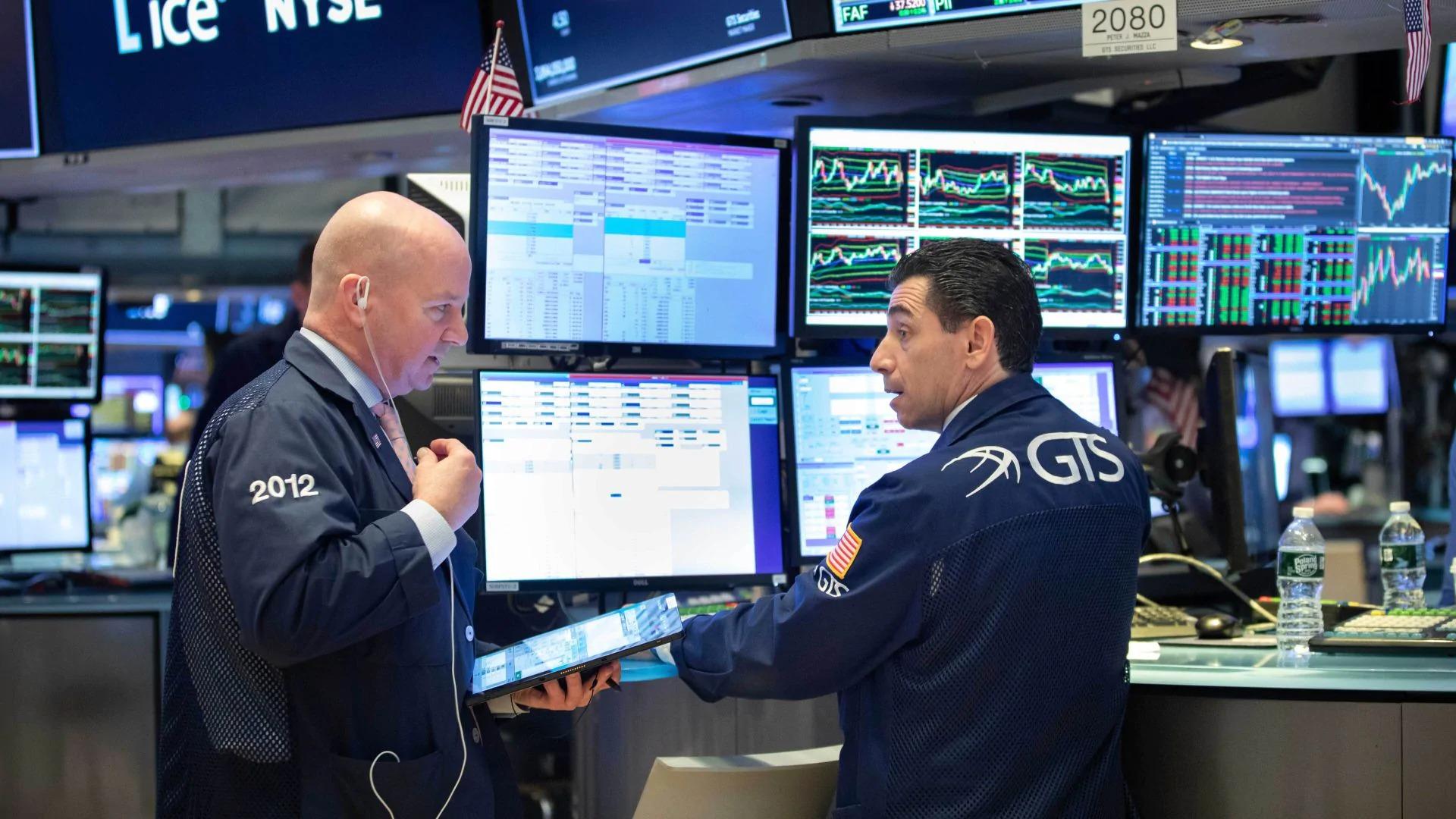 Phố Wall trái chiều, cổ phiếu công nghệ lớn bị bán mạnh