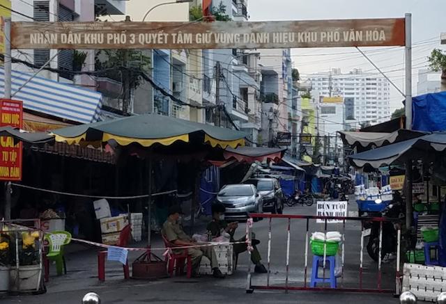 Khu chợ tự phát đường Hoàng Ngọc Phách, quận Tân Phú, TP HCM.