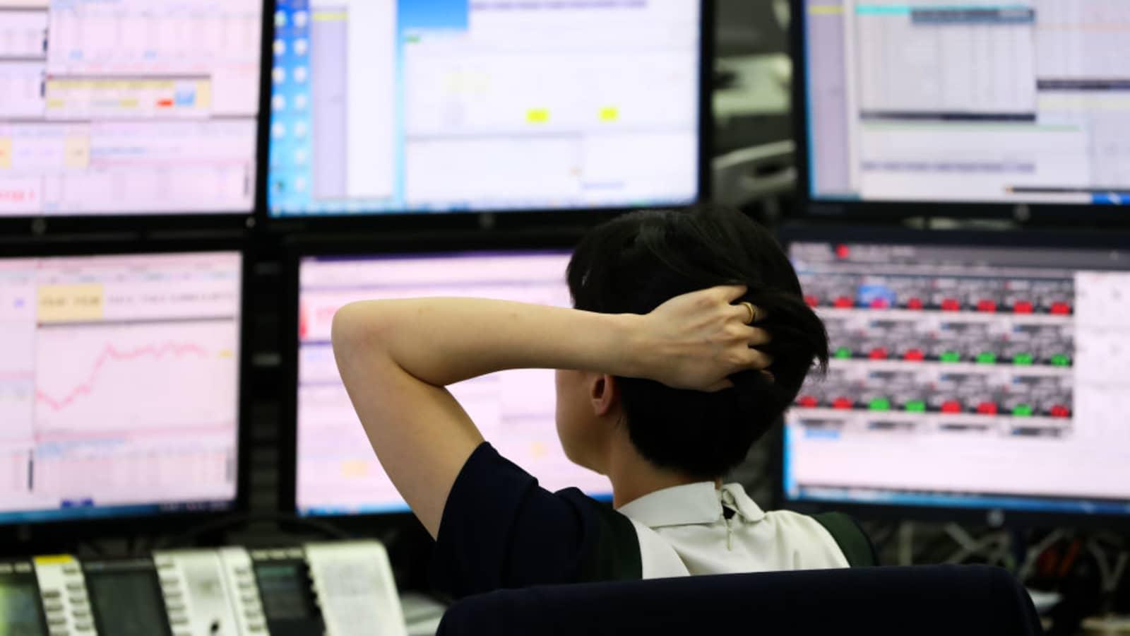 Chứng khoán châu Á giảm, giá dầu đi xuống sau khi OPEC+ nhất trí tăng sản lượng