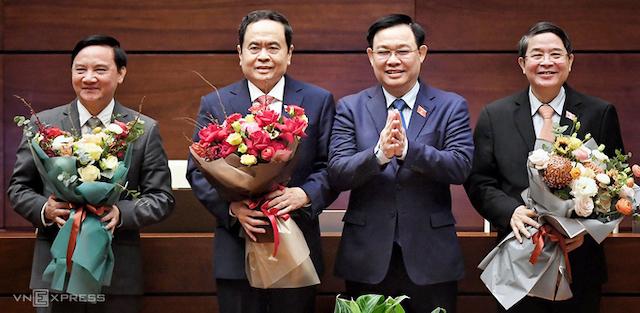 Chủ tịch Quốc hội Vương Đình Huệ tặng hoa cho các Phó chủ tịch Nguyễn Khắc Định, Trần Thanh Mẫn và Nguyễn Đức Hải (từ trái qua), sáng 1/4.