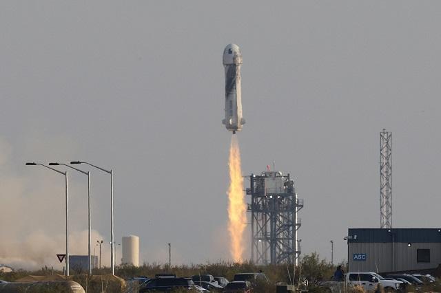 Tỷ phú Jeff Bezos bay vào không gian thành công