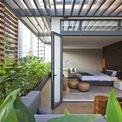 <p> Cảnh quan xanh trên sân thượng và ban công có thể được tận hưởng tối đa. Các kiến trúc sư làm thêm các giàn che nắng để tạo ra bóng mát và giảm nhiệt. Những mái hắt bằng thép và gỗ mang đến cho mặt tiền nét đặc trưng mạnh mẽ và hấp dẫn.</p>