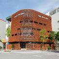 <p> Nhìn bên ngoài, nhà gợi nhớ đến một mái đình lớn hoặc mô hình nhà rông ở Tây Nguyên. Kiến trúc sư của dự án cho rằng nhiều ngôi nhà mái ngói trước đây đã bị phá bỏ và ngói trở thành phế thải xây dựng, không được tái sử dụng. Với thiết kế này, kiến trúc sư mong muốn tạo cảm hứng cho người sử dụng về những viên ngói truyền thống.</p>