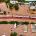 """<p class=""""Normal""""> Một đoàn tàu địa phương nằm giữa biển nước tại ga ở vùng Kordel, bang Rheinland-Pfalz, Đức. Ảnh: <em>AP.</em></p>"""