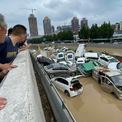 <p> Hệ thống giao thông vận tải Trịnh Châu vẫn tê liệt. Nhiều trường học và bệnh viện bị cắt nước. Ảnh: <em>AFP.</em></p>