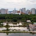 <p> Hiện tại, xung quanh dự án phần lớn vẫn là khu đầm lầy, ao hồ do người dân khai thác nuôi trồng thủy sản và dịch vụ câu cá giải trí.</p>