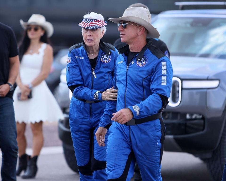 Chiếc đồng hồ được Jeff Bezos đeo khi bay lên rìa vũ trụ