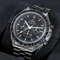 <p> Phiên bản thông thường của Speedmaster Moonwatch được bán với giá 6.300 USD. Kích thước mặt số thiết bị là 42 mm. Độ dày là 13,18 mm cho phiên bản tinh thể sapphire và 13,58 mm với hesalite.</p>