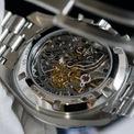 <p> Mặt sau của đồng hồ có lớp vỏ làm từ thép không gỉ và sapphire. Bộ chuyển động 3861 lên dây bằng tay, có khả năng dự trữ năng lượng trong 50 giờ.</p>