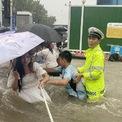"""<p class=""""Normal""""> Văn phòng Thông tin Hà Nam trước đó cho biết có 4 người chết tại thành phố Củng Nghĩa, bên bờ sông Hoàng Hà. 12 người thiệt mạng do bị kẹt trong tàu điện ngầm ở thành phố Trịnh Châu ngày 20/7. Cả hai thành phố đều ghi nhận nhiều nhà cửa, hạ tầng bị hư hại do mưa.</p> <p class=""""Normal""""> Do mưa lớn, chính quyền địa phương dừng hoạt động đối với xe buýt bởi phương tiện này sử dụng điện, cư dân họ Guo ở Trịnh Châu nói. Anh phải nghỉ lại văn phòng qua đêm.</p> <p class=""""Normal""""> """"Đó là lý do nhiều người chọn tàu điện ngầm, và thảm kịch xảy ra"""". Ảnh: <em>Reuters</em>.</p>"""