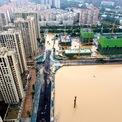 """<p> Từ ngày 17/7 đến 20/7, lượng mưa tại Trịnh Châu là 61 cm, gần tương đương với mức trung bình hàng năm là 63,5 cm.<span style=""""color:rgb(0,0,0);"""">Ảnh:</span><em style=""""color:rgb(0,0,0);"""">Reuters</em><span style=""""color:rgb(0,0,0);"""">.</span></p>"""
