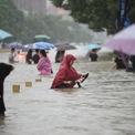 """<p class=""""Normal""""> Ủy ban Kiểm tra và Kỷ luật tỉnh Hà Nam cảnh báo các quan chức """"không được báo cáo chậm trễ, che giấu hoặc bỏ sót thông tin quan trọng về thiên tai và lũ lụt"""".</p> <p class=""""Normal""""> """"Nỗ lực ngăn chặn lũ lụt ngày càng trở nên rất khó"""", Chủ tịch Trung Quốc Tập Cận Bình đánh giá tình hình trên truyền hình quốc gia ngày 21/7. Ảnh:<em>Reuters</em>.</p>"""