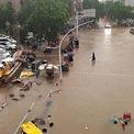 """<p> Mực nước tại một đập ở thành phố Lạc Dương, phía tây Trịnh Châu, đang vượt mức an toàn khiến nhà chức trách cảnh báo con đập """"có thể vỡ bất kỳ lúc nào"""". Khoảng 100.000 người dân tại thành phố đã được sơ tán đến vùng an toàn.<span style=""""color:rgb(0,0,0);"""">Ảnh:</span><em style=""""color:rgb(0,0,0);"""">Reuters</em><span style=""""color:rgb(0,0,0);"""">.</span></p>"""