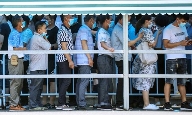 Người dân xếp hàng chờ xét nghiệm Covid-19 tại thành phố Nam Kinh ngày 21/7. Ảnh: AFP.