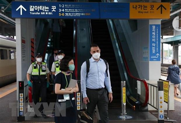 Hành khách đeo khẩu trang phòng dịch COVID-19 tại ga tàu hỏa ở tỉnh Bắc Jeolla, Hàn Quốc, ngày 8/7/2021. (Ảnh: Yonhap/TTXVN)
