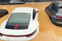 Chưa kịp giao khách hàng, gần chục chiếc Porsche bị ngập nước tại đại lý
