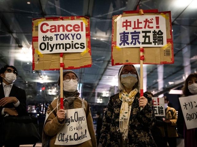Người dân Nhật Bản tuần hành phản đối Olympic. Ảnh: Wall Street Journal.