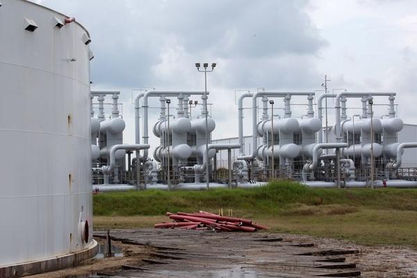 Lo ngại nguồn cung thắt chặt, giá dầu tăng hơn 2%