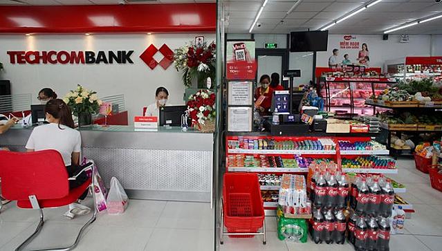 Điểm giao dịch đầu tiên của Techcombank tại một siêu thị mini ở Hà Nội.